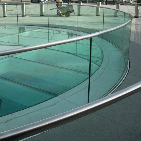 מעקה זכוכית קניון זיגוג יבש מעוגל מכופף - קבוצת טיפטרוניק