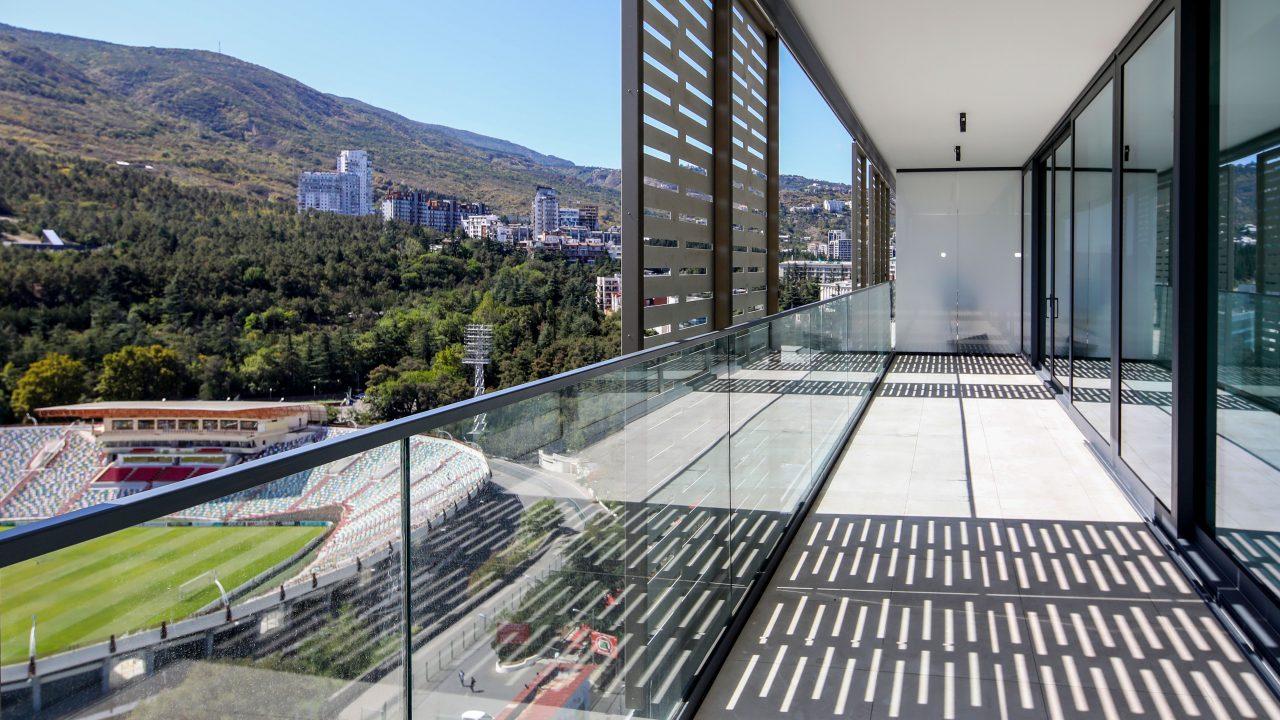 מעקה זכוכית שתול בבטון OTELLO - קבוצת טיפטרוניק